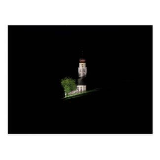 Vista de la iglesia de San Valentino por noche Postal
