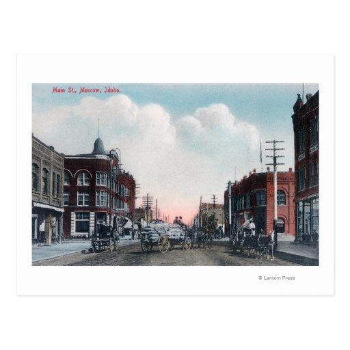 Vista de los carros de la calle principal y del postales