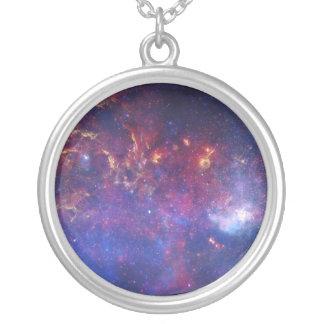 Vista del centro de la galaxia de la vía láctea collar plateado
