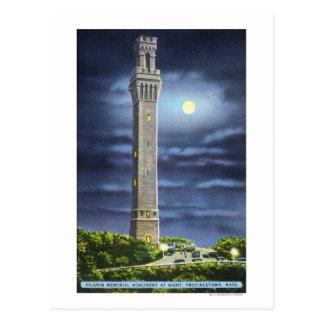 Vista del monumento del peregrino en la noche postal