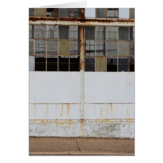 Vista exterior formal de la fábrica abandonada tarjeta