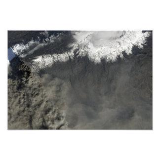 Vista por satélite de un penacho 2 de la ceniza impresión fotográfica