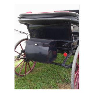 Vista posterior del carro pasado de moda del postal