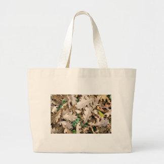 Vista superior de las hojas caidas del roble bolso de tela gigante