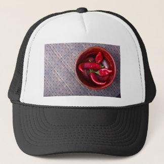 Vista superior de las pimientas de chile rojo gorra de camionero