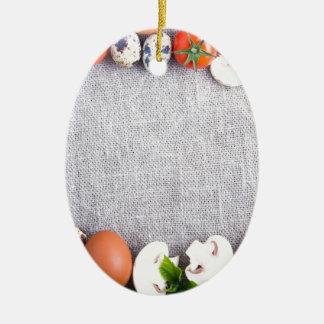 Vista superior de los ingredientes alimentarios en adorno de cerámica