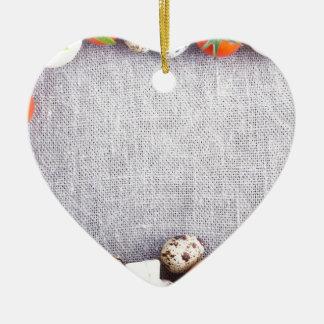 Vista superior de los ingredientes alimentarios en adorno navideño de cerámica en forma de corazón