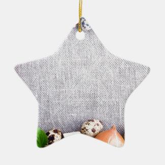 Vista superior de los ingredientes alimentarios en adorno navideño de cerámica en forma de estrella