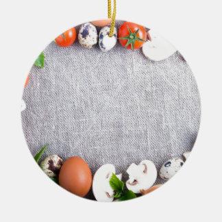 Vista superior de los ingredientes alimentarios en adorno navideño redondo de cerámica
