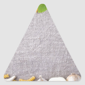 Vista superior de los ingredientes para una comida pegatina triangular