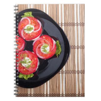 Vista superior de un plato con los tomates cuaderno