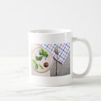 Vista superior de un plato sano de la harina de taza de café