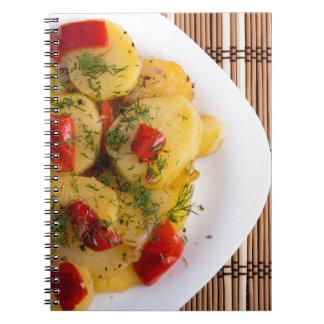 Vista superior de un plato vegetariano con el cuaderno