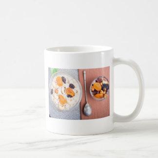 Vista superior de una porción de harina de avena taza de café