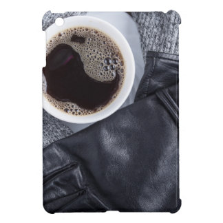 Vista superior de una taza blanca con café
