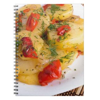 Vista superior del plato vegetariano de la patata cuaderno