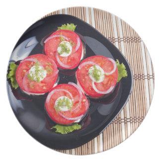Vista superior del rebanadas rojas cortadas de los plato de comida