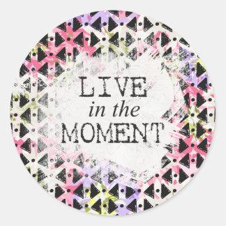 Viva en el geométrico colorido del momento formado pegatina redonda