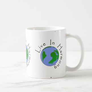 Viva en la armonía - taza de la taza de la tierra