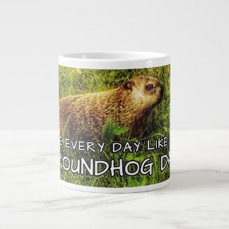 ¡Vive cada día como es día de la marmota! taza