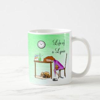 Viviendo la taza cansada vida de la señora café de