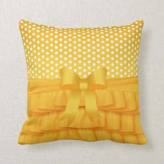 Volante y arco amarillos de oro del satén con los cojín decorativo