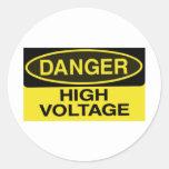 voltaje del alto del peligro etiqueta redonda
