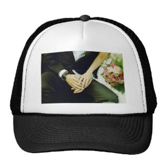 Wedding couple bride groom holding hands analogue gorro de camionero