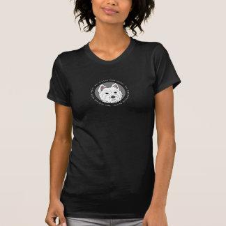 Westie hace frente a la camiseta oscura de las