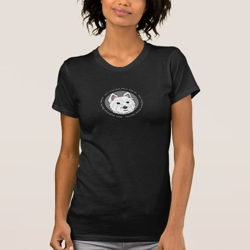 Westie hace frente a la camiseta oscura de las muj