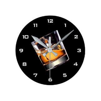 Whisky en el reloj de pared de las rocas
