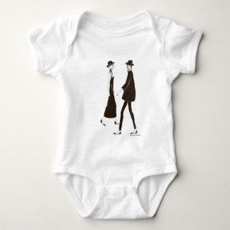 Woman in black body para bebé