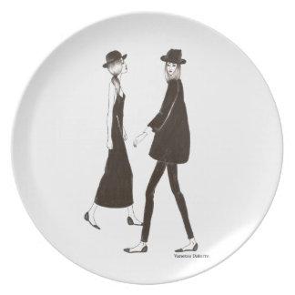 Woman in black platos de comidas