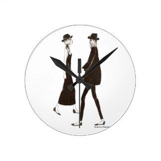 Woman in black reloj redondo mediano