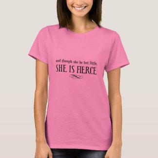 Y aunque ella sea pero poco, ella es feroz camiseta