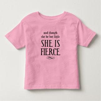 ¡Y aunque ella sea pero poco, ella es feroz! Camiseta De Bebé