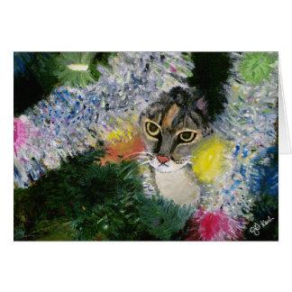 Y un gato en una tarjeta del árbol de navidad