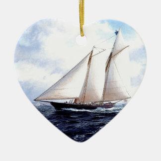 Yate que compite con en el mar adorno de cerámica en forma de corazón