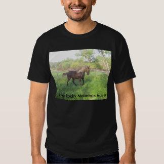 Yegua hermosa del caballo de la montaña rocosa del camiseta