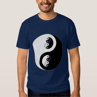 Yin Yang en azul marino Camisetas