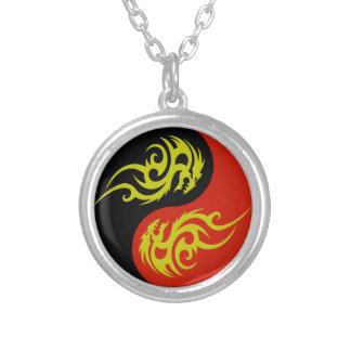 yin yang y dragón de oro collar plateado