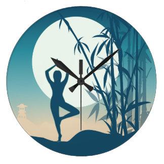 Yoga en el amanecer reloj redondo grande