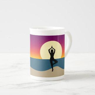 Yoga en la taza de la puesta del sol