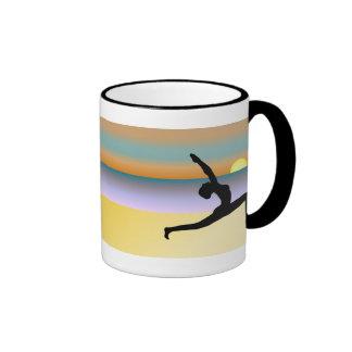 Yoga en la taza del té o de café de la actitud de taza a dos colores
