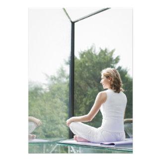 Yoga practicante de la mujer invitacion personal