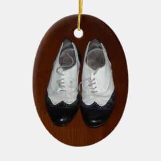 Zapatos blancos y negros de la danza del vintage adorno ovalado de cerámica