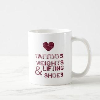 zapatos de los pesos de los tatuajes femeninos taza de café