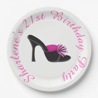 Zapatos de tacón negros con los lunares negros plato de papel