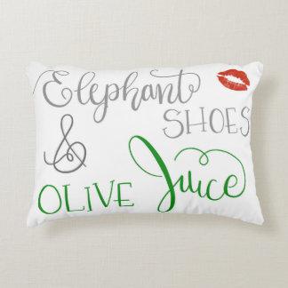 Zapatos del elefante y almohada verde oliva del