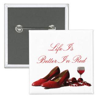 Zapatos rojos del tacón alto y vino rojo chapa cuadrada